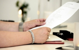 Pflegegrad bei der DAK: Ein Mann liest das Formular